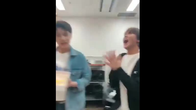 Please enjoy this clip of a very happy and adorable clapping Haechan to help make you smile