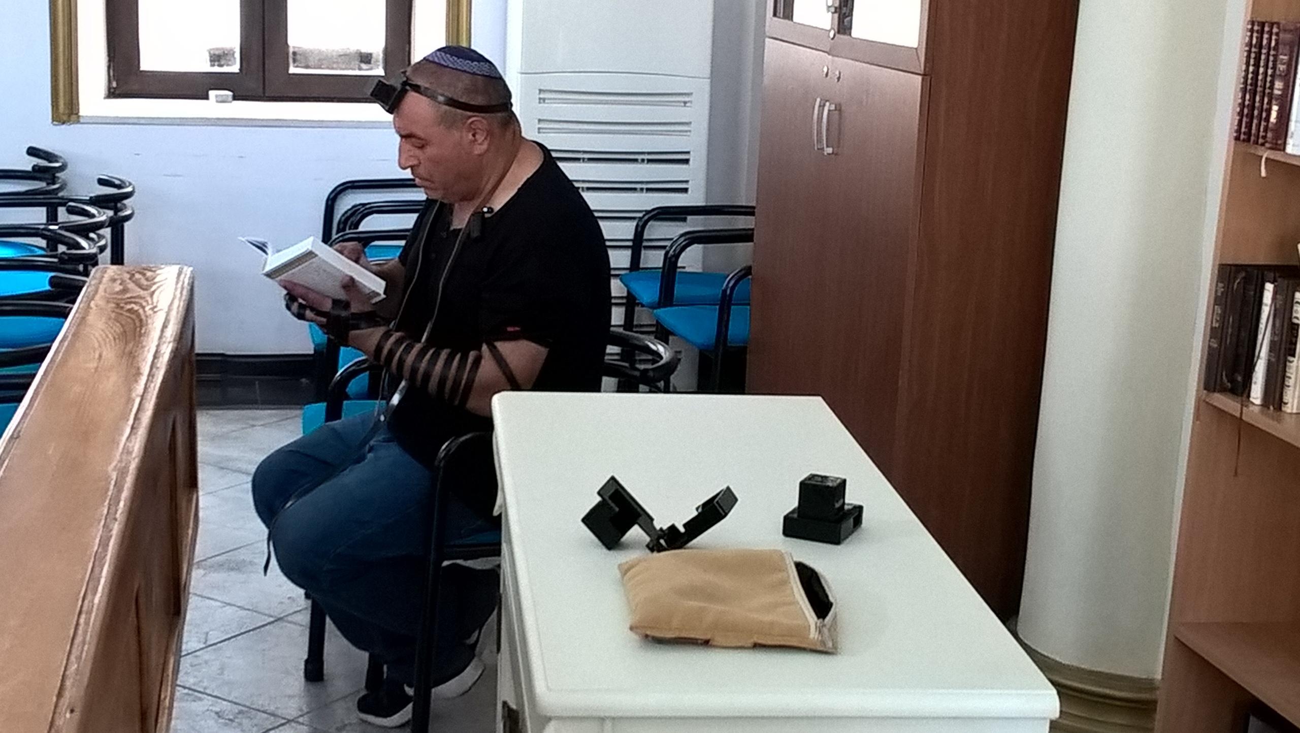 еврей совершает молитву в синагоге