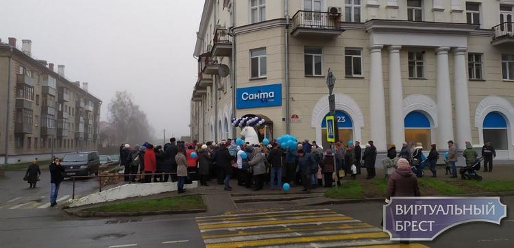 В центре Пинска и в Военном городке в Барановичах открыли обновленные магазины «Санта»