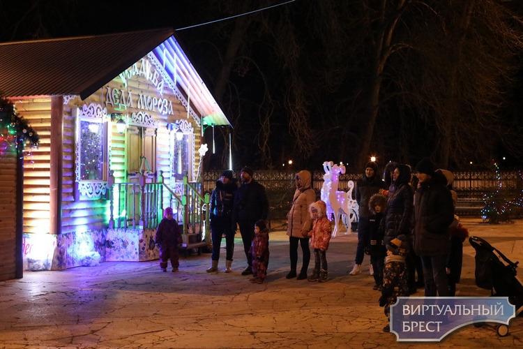 Дед Мороз со Снегурочкой, Баба-яга, Кикимора, эльфы, танцы и волшебство в брестском парке