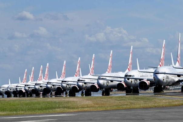Печальные самолеты на стоянке из-за карантина в аэропорту. Брисбен, Австралия, наши дни.