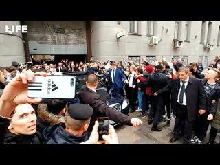 Толпа фанатов не даёт проехать конору макгрегору в москве