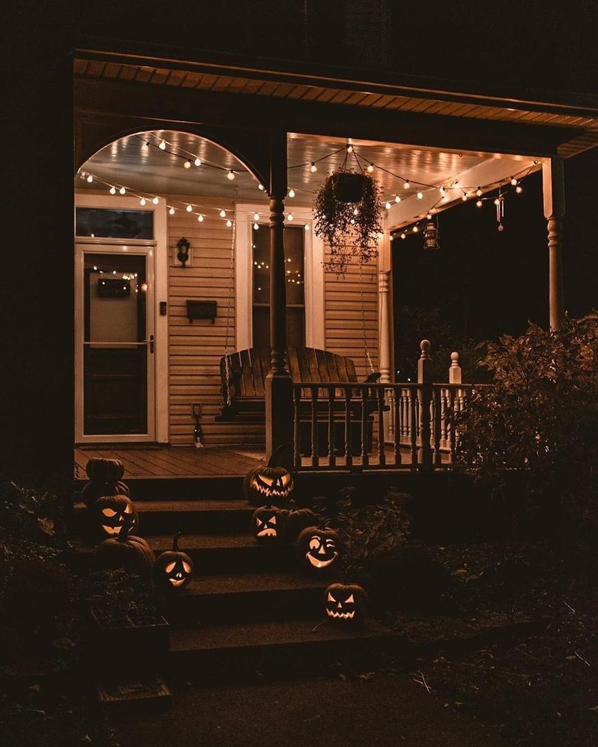 Страшно красиво: 10 домов, оформленных к Хеллоуину, в снимках Instagram