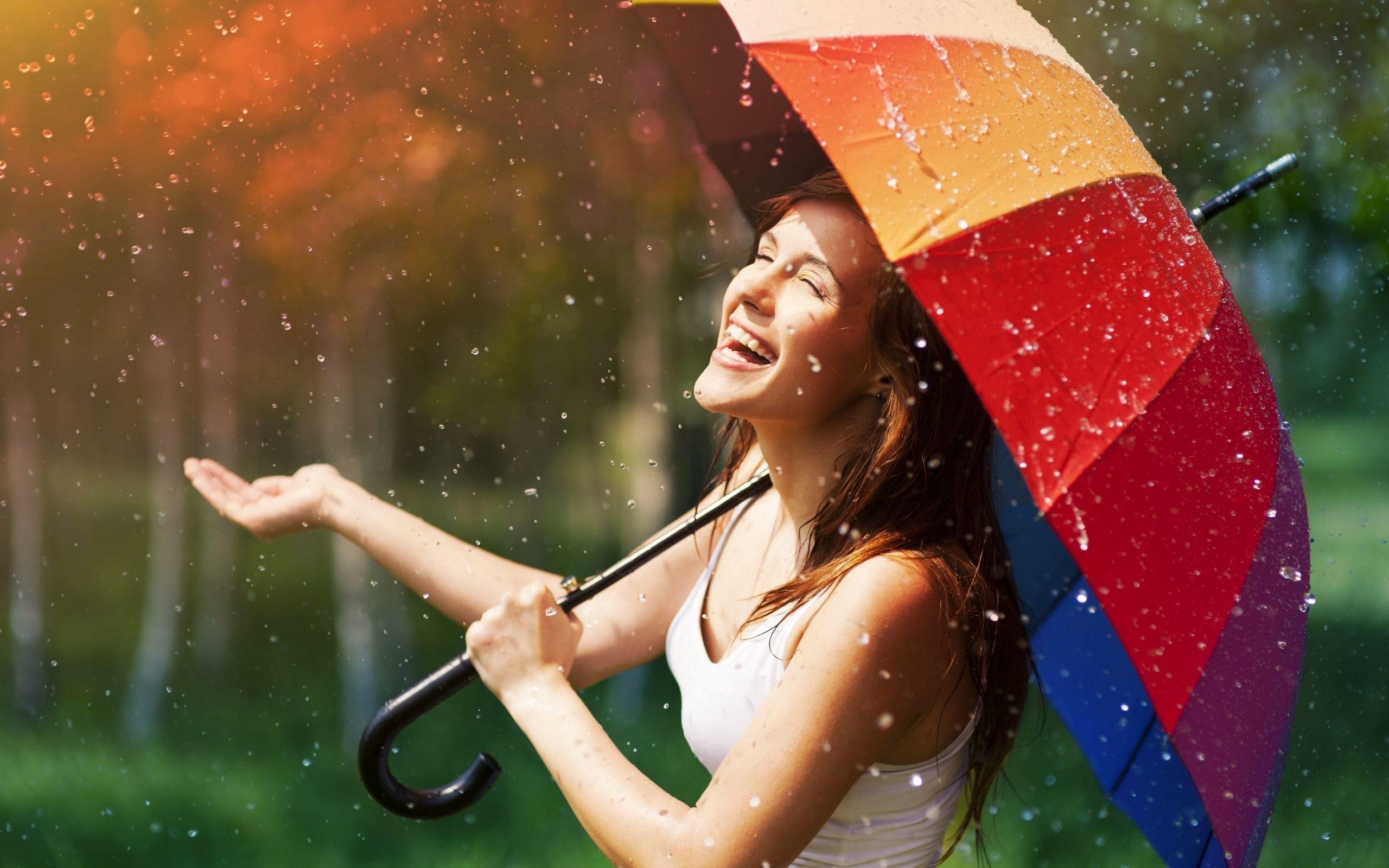 счастливый человек под дождем