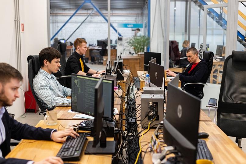 Разработчики в офисе до пандемии