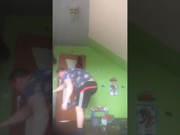 Facet udaje Messiego i gra papierem as rozwalił telewizor zona go opieprzyła
