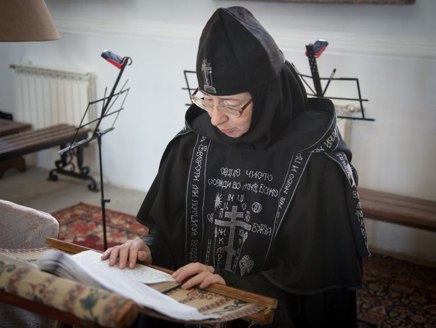 Плачущая монахиня картинки