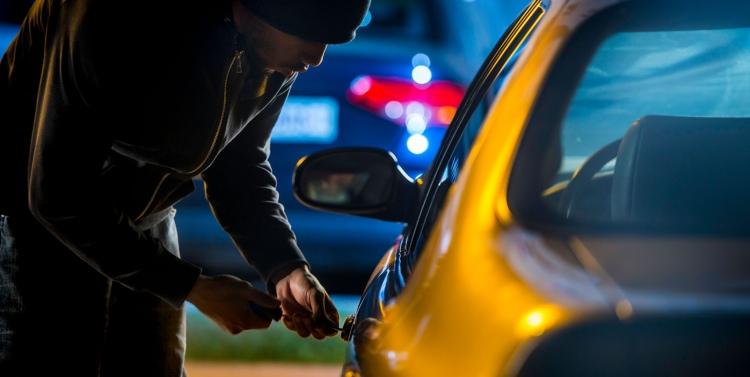 Водитель оставил ключи в замке зажигания, и конечно, его автомобиль угнали
