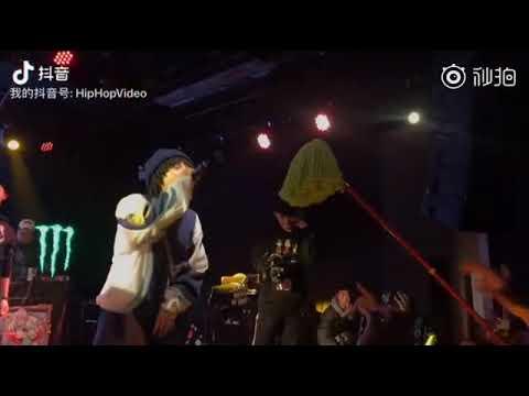 Китайский юмор Китайского рэпера освятили шваброй