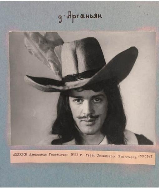 Абдулов был уже утверждён на роль дАртаньяна Но потом Хилькевич увидел в этом образе Боярского..Спасибо за и