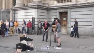Девушка красиво поет! Дуэт под гитару! Reggae busker. Amazing street performer! Bob Marley
