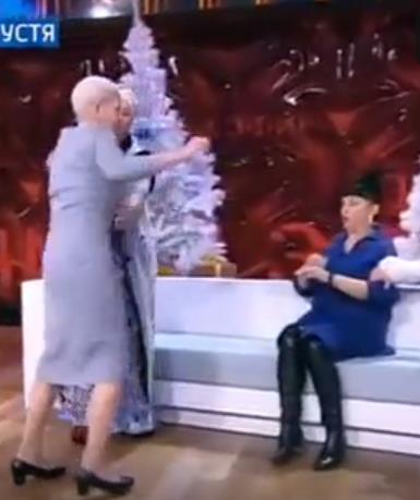 Лысая Екатерина Терешкович устроила драку с любовницей Гогена, Лидой! Кричала: - Подпустите меня к ней, познакомится хочу. В итоге вмазала ей по лицу с