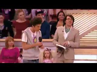Пусть говорят о бразильском мальчике который танцует самбу (хорошее настроение, смешное видео, телешоу, бразилец танцует самбу)