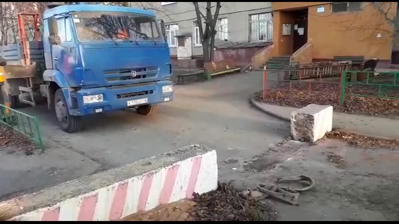 Излипецких дворов решили вывезти перегораживающие проезды бетонные блоки