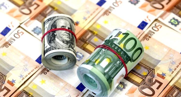 Курс доллара в обменниках превысил 2,4 рубля, а евро — 2,7 рубля. Что происходит?