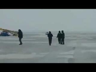 В Павлодарской области рабочие приехали вытаскивать провалившуюся под лед Ниву, но что то пошло не т