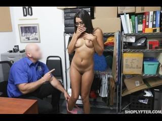 Охранник развёл неопытную студентку на секс (Vienna Black,инцест,milf,минет,русское,секс,анал,мамку,сиськи,PornHub,порно,зрелую)