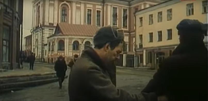 Главные герои фильма на углу улиц Большевиков и Дрелевского, в центре виден Спасский собор.