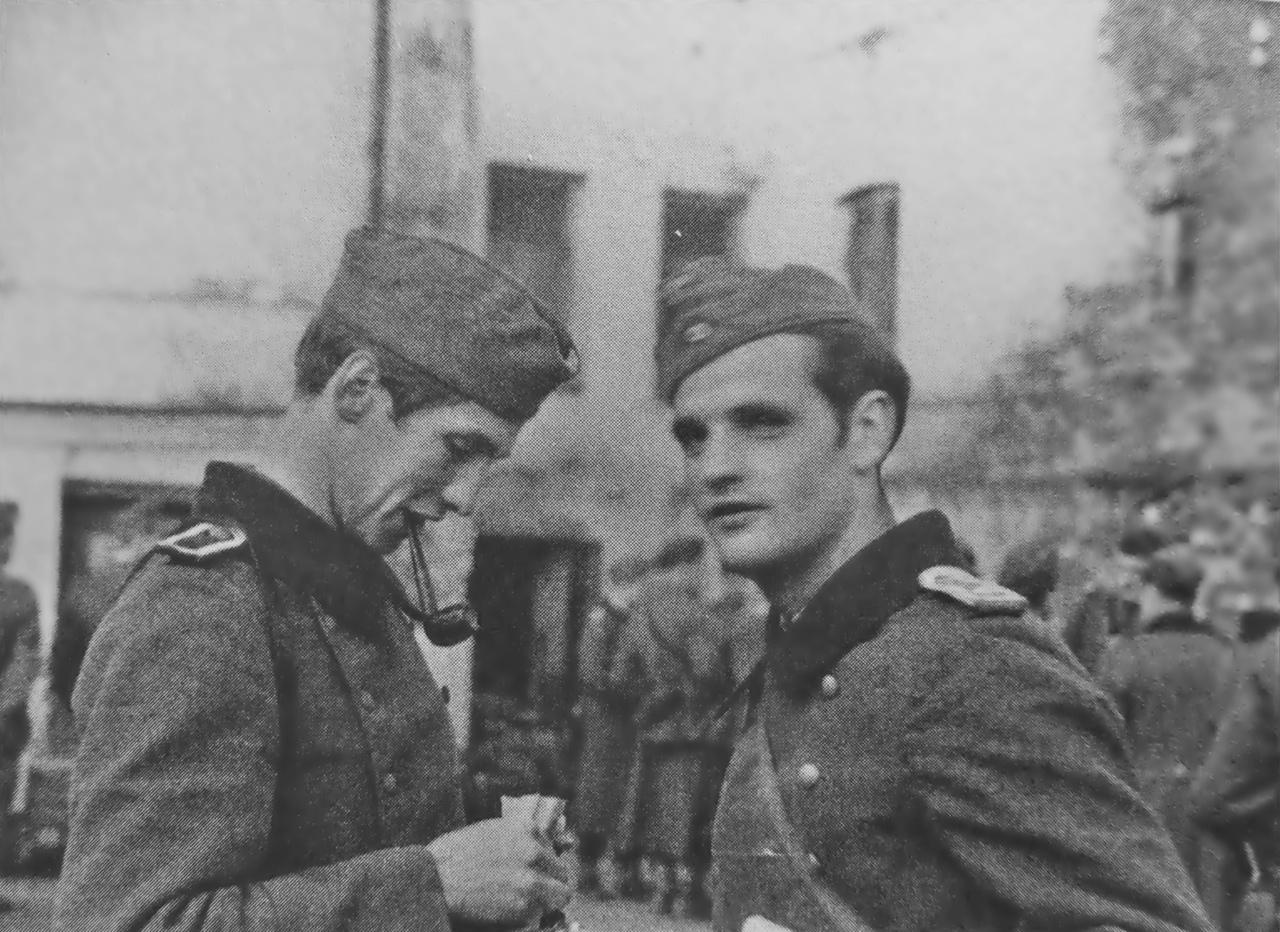 23 июля 1942 года. Германия. Унтер-фельдфебель А. Шморель и фельдфебель Г. Шолль перед отъездом на Восточный фронт в Мюнхене.