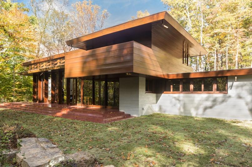 Дом Бахмана-Уилсона, спроектированный Фрэнком Ллойдом Райтом в 1954 году, был перенесен из Нью-Джерси в музей Хрустальных мостов в Арканзасе