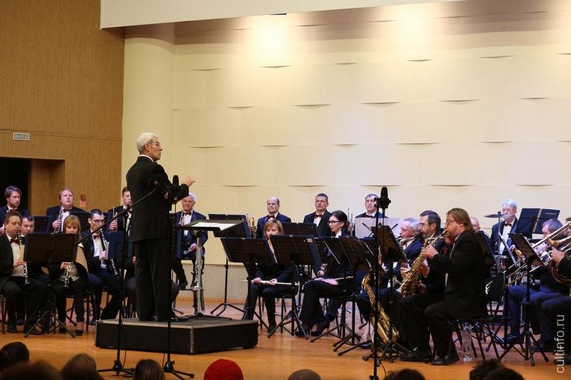 Оркестр «Классик-модерн бенд» и певец Алексей Светлов приглашают на концерт «Осень в ритме джаза» 🍂🎶