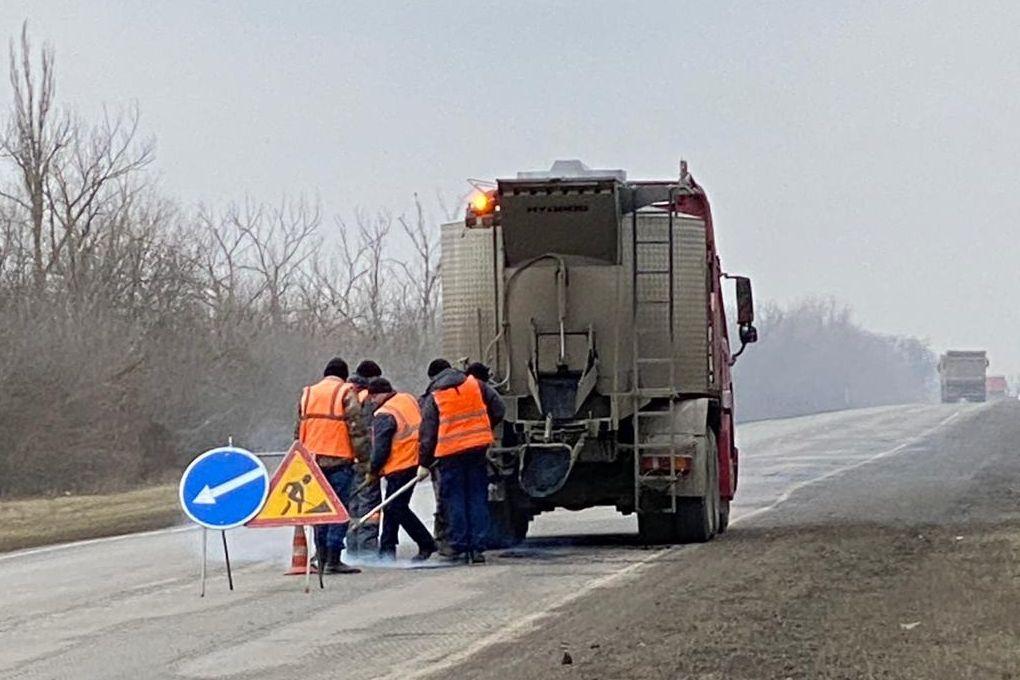 На региональных дорогах Дона активно проводят ликвидацию дефектов покрытия