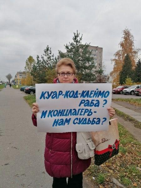 В Боровичах Алекандр Костюхин пикетирует с плаката...