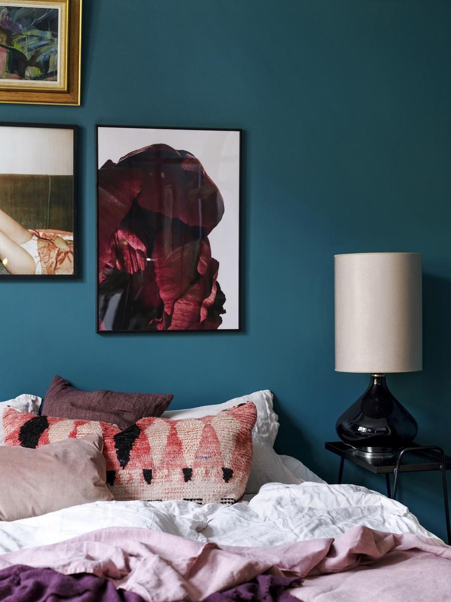 Пример зонирования комнаты в квартире-студии стеклянной перегородкой.