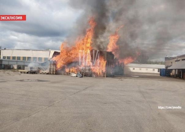 Днём на улице А.Никандровой, 46 произошёл пожар зд...