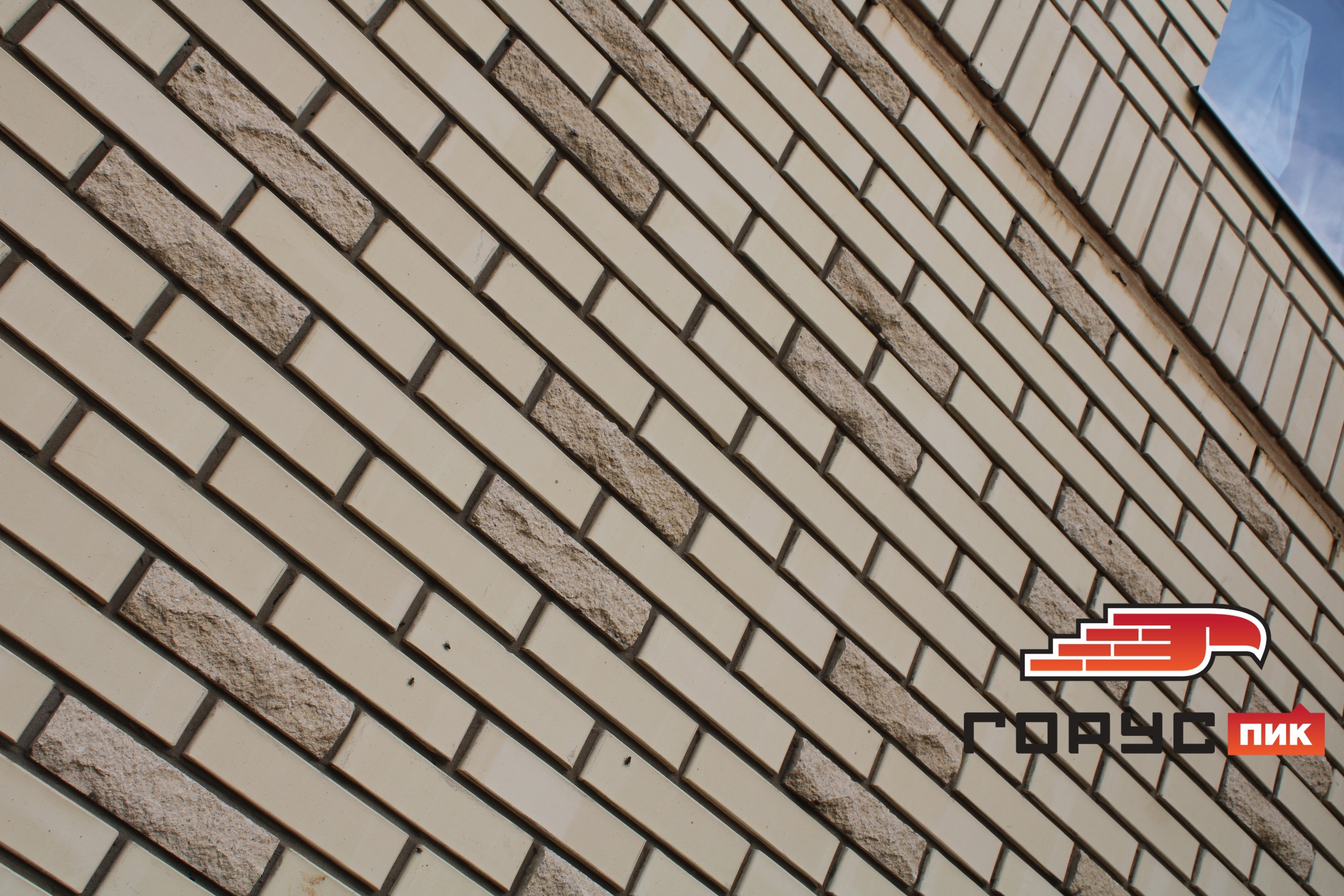 Всё больше радует тот факт, что в настоящее время застройщики, всё больше и больше применяют кирпич, как материал для облицовки фасадов многоэтажных домов.