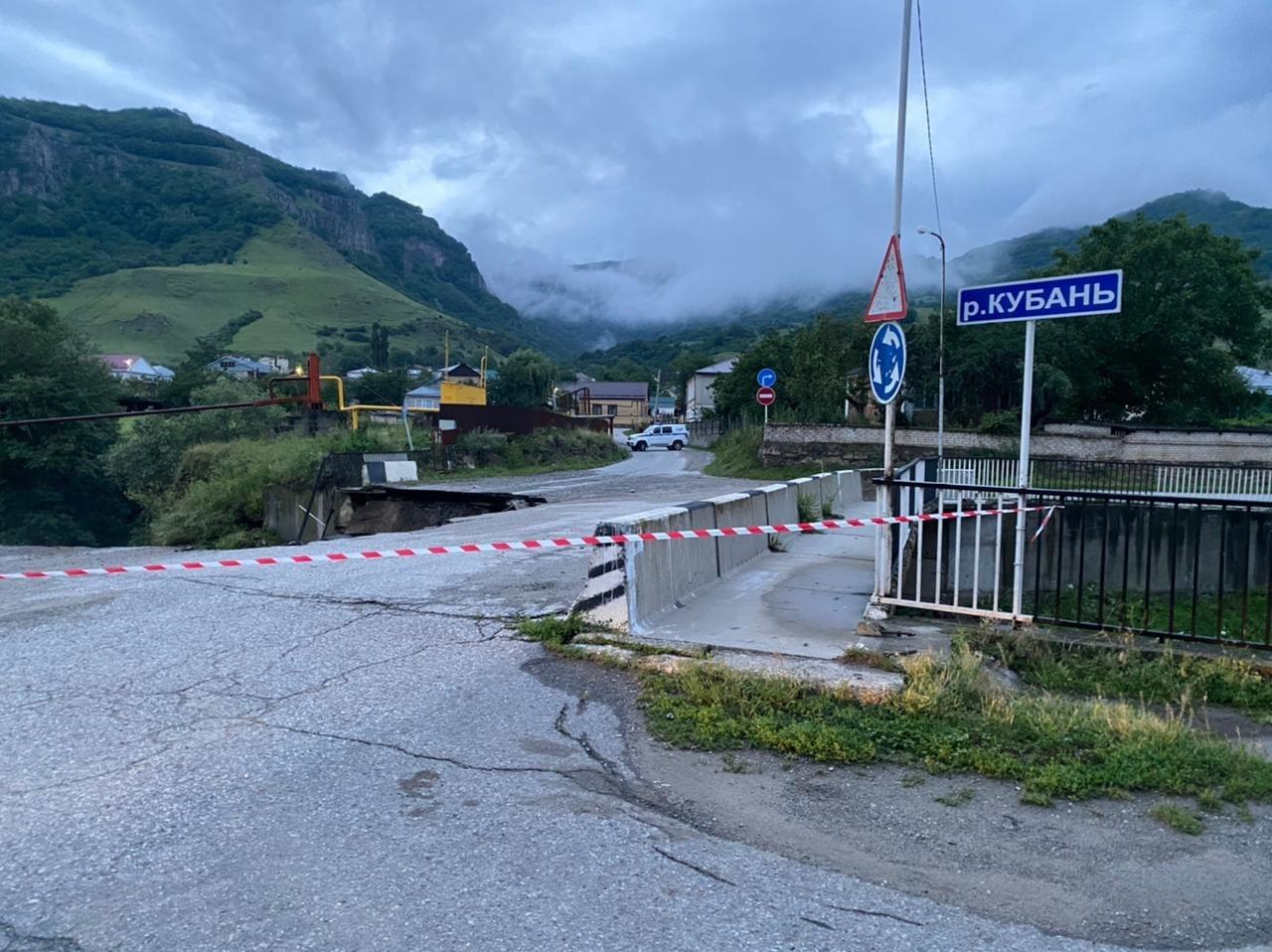В КЧР автомобиль упал в реку при обрушении моста