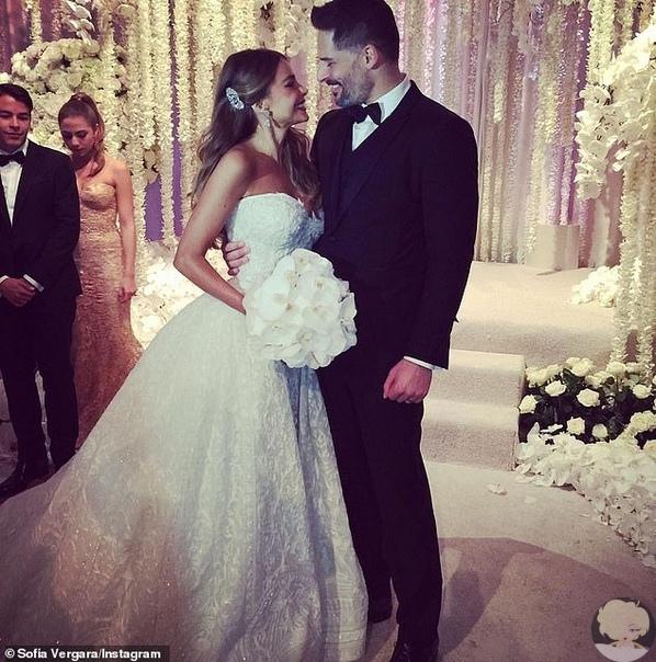 София Вергара и Джо Манганьелло поделились фото и видео со свадьбы в честь пятой годовщины