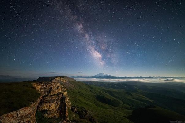 Вид с плато Бермамыт на Эльбрус.