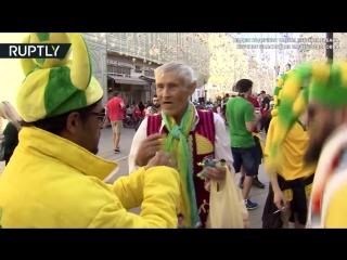 Тёплая встреча на Никольской: 72-летний россиянин вяжет футбольные сувениры для болельщиков