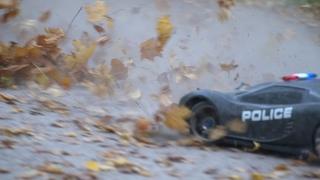 Самая быстрая радиоуправляемая Police Traxxas XO 1, E MAXX, slash,  красиво разносят осеннюю листву.