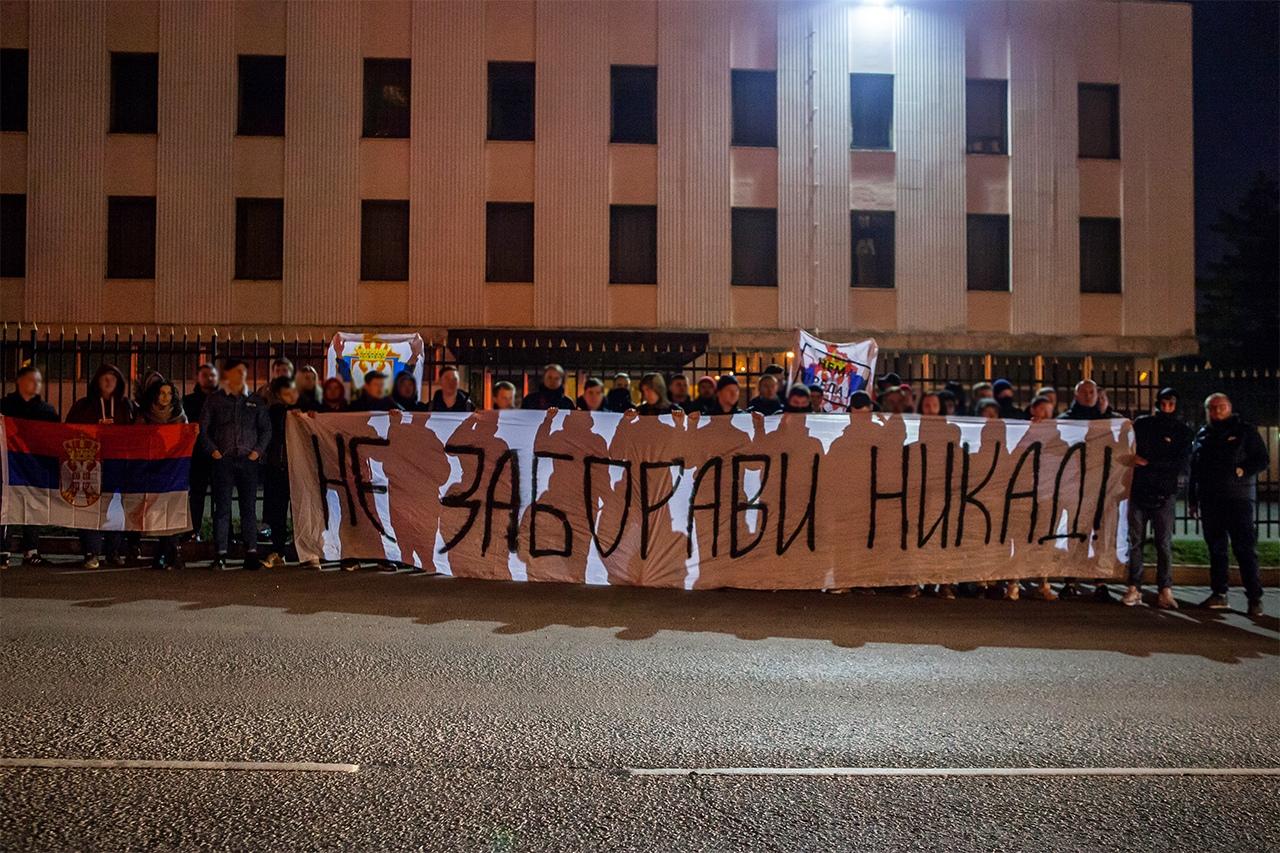 Фанаты «Спартака» возложили цветы у посольства Сербии