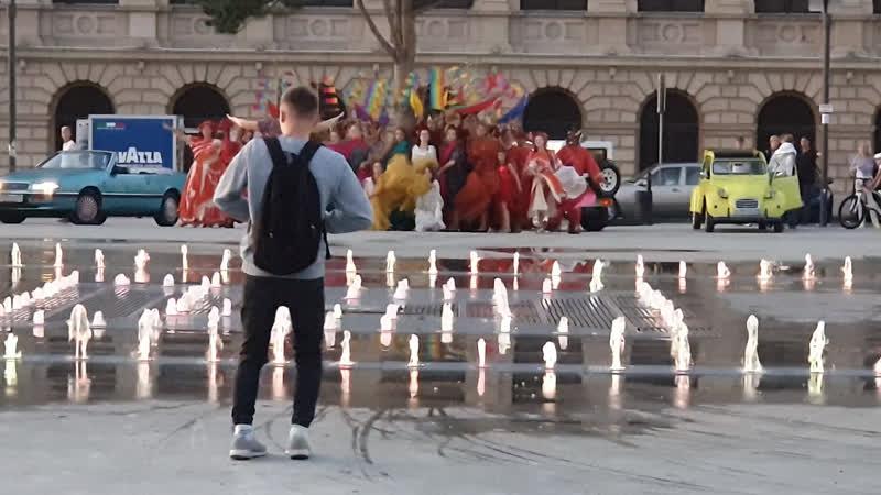 Театрализованное представление в сквере у светомузыкального фонтана в Калининграде
