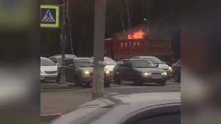 «Сейчас рванёт» - подумали автовладельцы при виде этого «огненного» самосвала