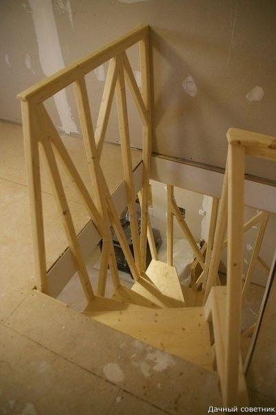 Оригинальная лестница на второй этаж в баньке.