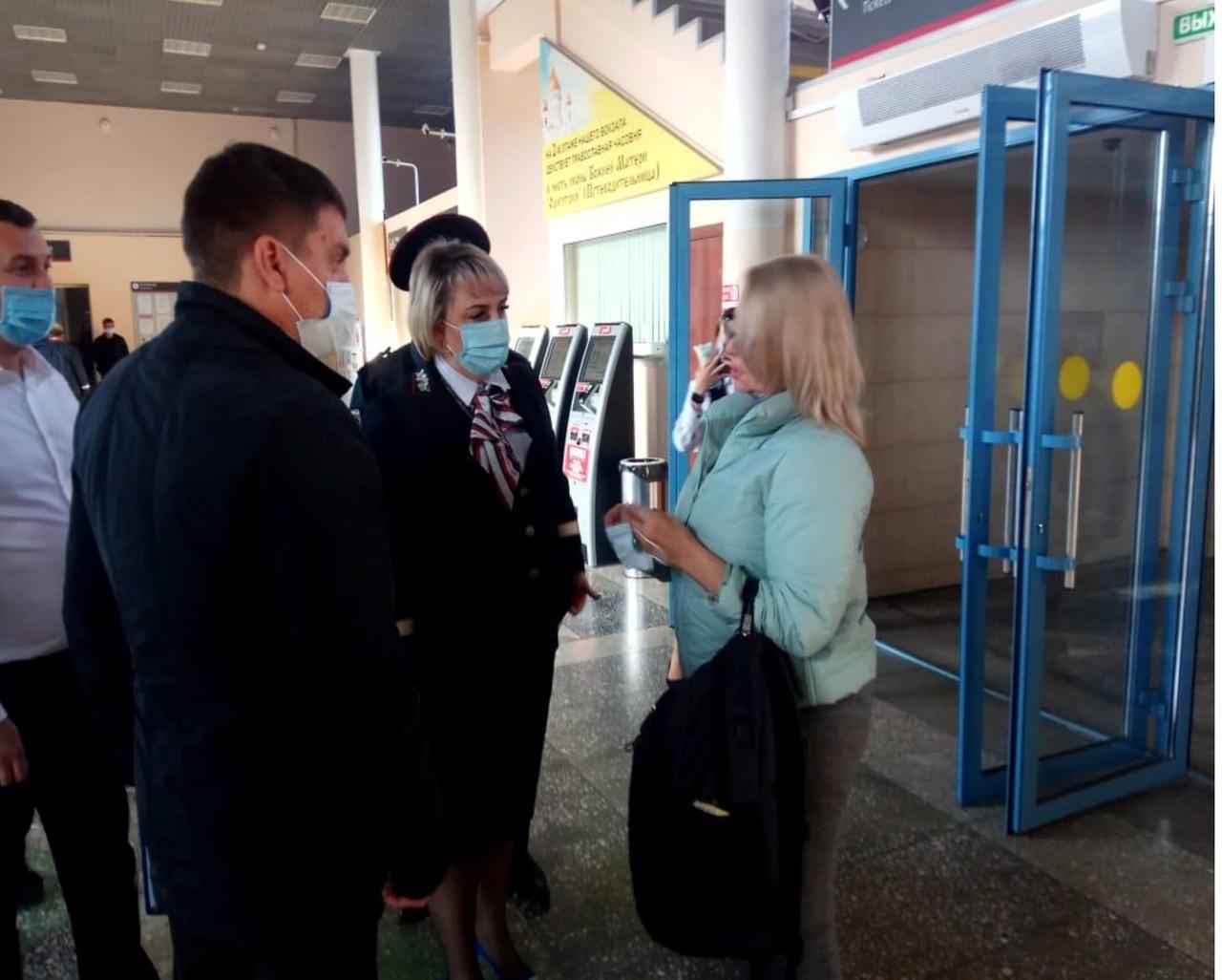Пассажирам вокзала Ростов-Пригородный в ходе рейда напомнили о необходимости ношения масок