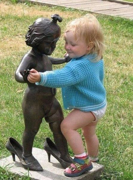 Фотографии детей с памятниками!