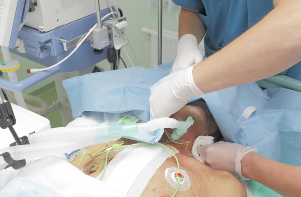 Кардиохирурги выполняют операции на открытом сердце.