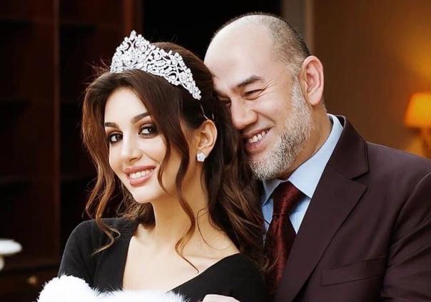 Модель Оксана Воеводина после развода с экс-королем Малайзии вернулась в родной Таганрог и стала поводом ироничных шуток от