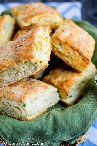 Печенье с сыром и луком. Сыр творит с выпечкой чудеса обычное печенье становится потрясающе вкусным и ароматным, если добавить в тесто совсем немного тёртого сыра. Для полноты впечатлений